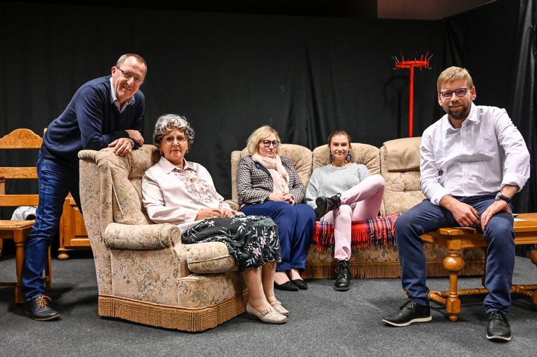 Acteurs Veerle cool, Nelle Cools, Agnes Van Huyneghem en Filip Van Ransbeke en regisseur Geert De Vlieger zijn klaar voor het podium.