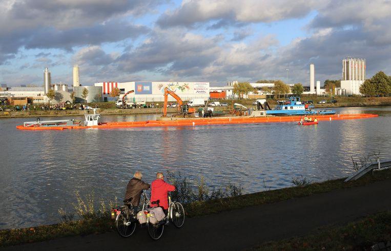 Medewerkers bakenen het gezonken schip af zodat het Albertkanaal deels kan worden vrijgegeven.