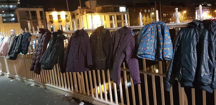 Jassen op de brug in Dublin tijdens de Ierse actie 'Warm for Winter'.