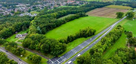 Ambtenaar kijkt op locatie mee met ontwikkelaar zonnepark in Heino. Buren: 'Waar staat de gemeente eigenlijk?'