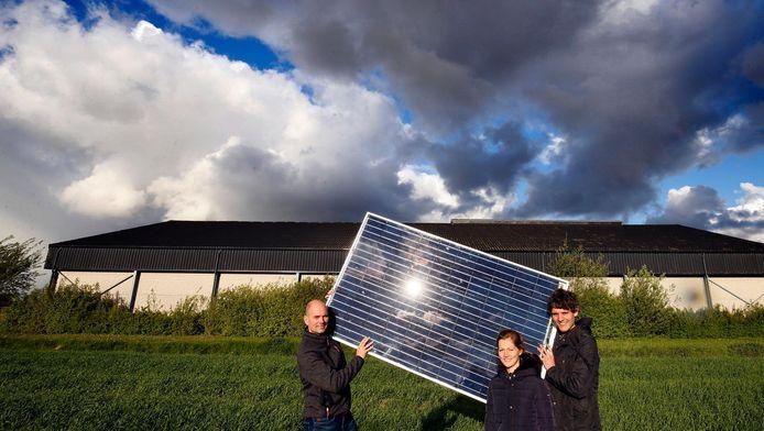 Ienze Koekkoek (links), Justin Leemans en Manon Hennekes tonen een zonnepaneel voor de schuur.