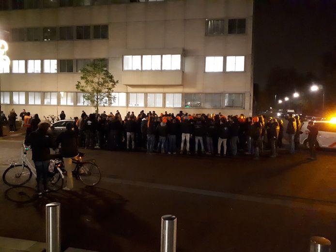 De groep boeren en bouwers bij het politiebureau in Arnhem.
