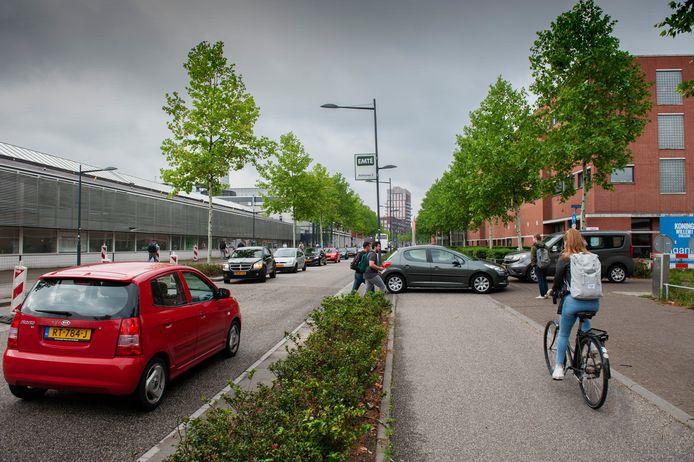 Den Bosch. Verkeersdrukte in de ochtend op de Onderwijsboulevard thv Avans Hogeschool