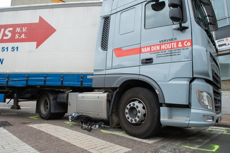 De fiets belandde helemaal onder de vrachtwagen.