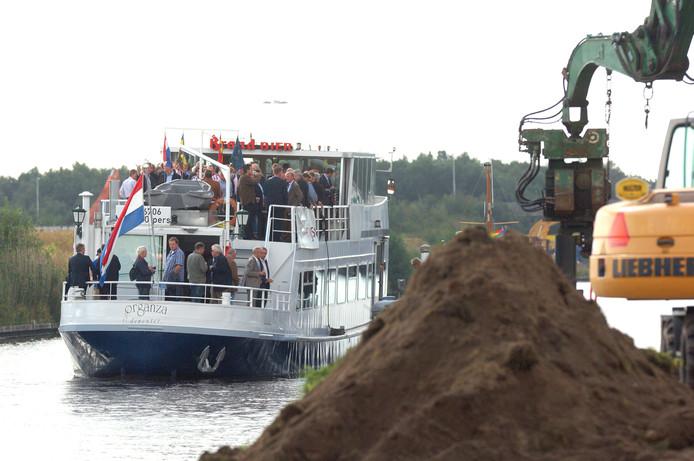 In september 2011 zijn bestuurders en projectleider blij, het project Almelo - de Haandrik begint. Ze proosten op het project tijdens een vaartocht over het kanaal.