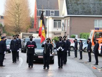 Brandweerkorps brengt eresaluut aan overleden collega