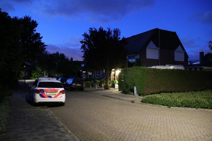 Politie bij de woning in Grijpskerke waar de overval op Hrieps plaatsvond.