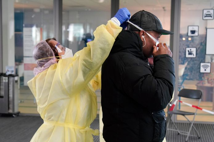 Bezoekers worden  bij ingang Flevoziekenhuis opgevangen: handen wassen en mondkapjes op.
