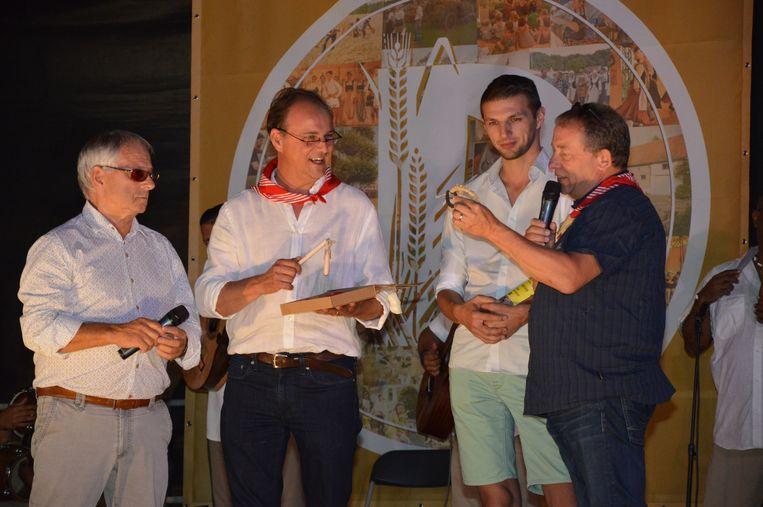 Schepenen Alberic Sergooris, Jan De Nul en Andy Depetter, en Erwin Sabbe, voorzitter van VVV Faluintjesstreek dat de Pikkeling organiseert, wisselen cadeautjes uit.