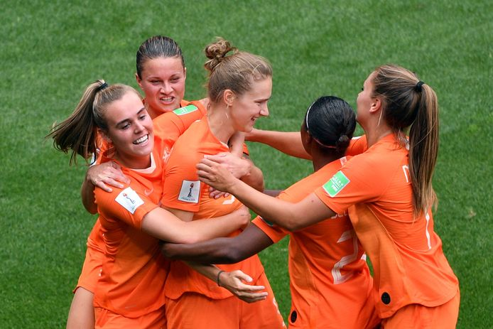 Vivianne Miedema wordt gefeliciteerd door haar ploeggenoten.