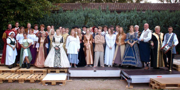 De cast op de planken in de tuin van het Ontmoetingscentrum.