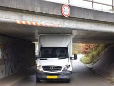 Chauffeur schat viaduct verkeerd in en rijdt zich klem met bestelbusje in Almelo