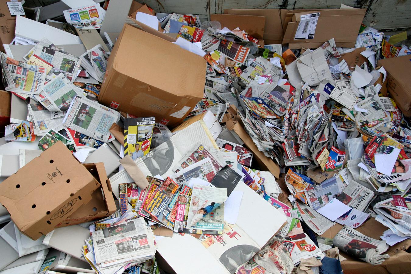In Vroomshoop moeten mensen voortaan zelf het oud papier afvoeren.