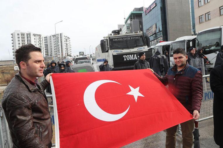 Aanhangers van de AK-partij voor de Nederlandse ambassade in Ankara. Beeld afp