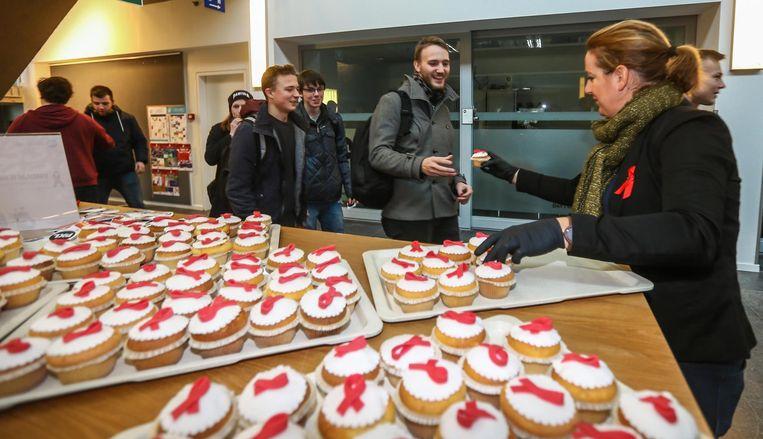 In PXL ontvangen de jongeren een cupcake met rood lintje voor Wereldaidsdag.