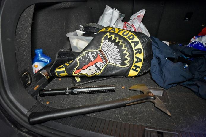 Bij de controle werden een slagwapen en een bijl gevonden.