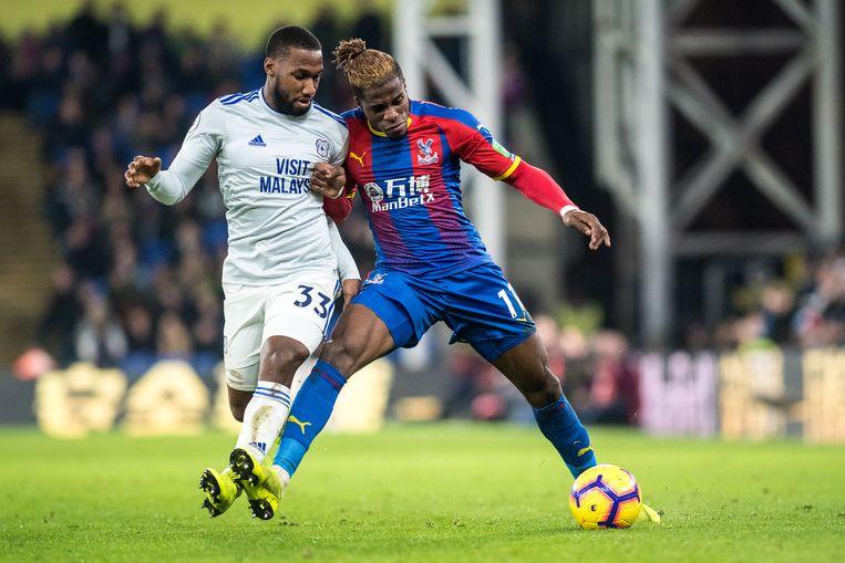 Junior Hoilett (l) van Cardiff City en Wilfried Zaha (r) van Crystal Palace worstelen om de bal tijdens de wedstrijd op 26 december. Beeld Getty Images