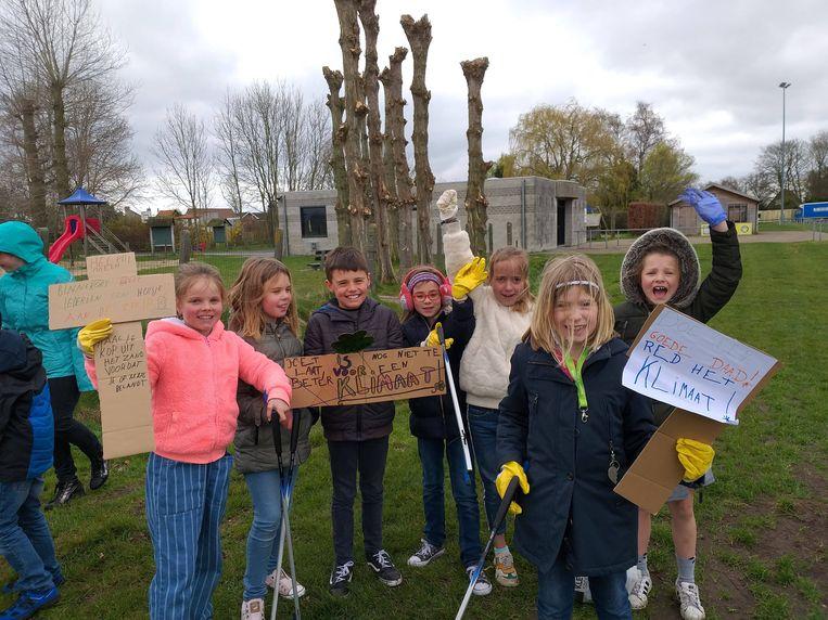De leerlingen van Heilige Familie hielden het niet alleen bij bordjes met klimaatslogans, maar staken de handen uit de mouwen.