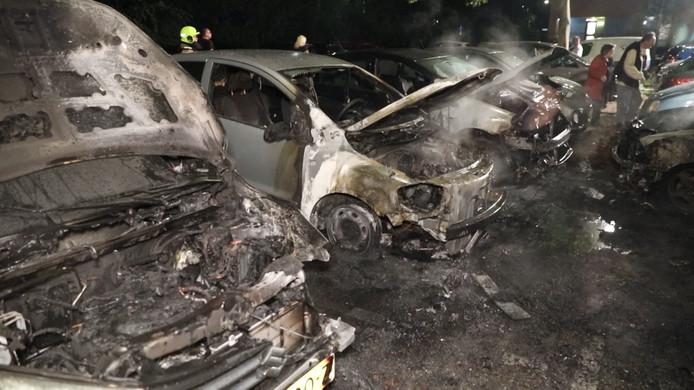 Door brand verwoeste auto's aan de Leimuidenplaats in Arnhem-Zuid.