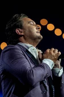 Tino Martin staakt show in Carré: 'Getergd door droge kriebelhoest'