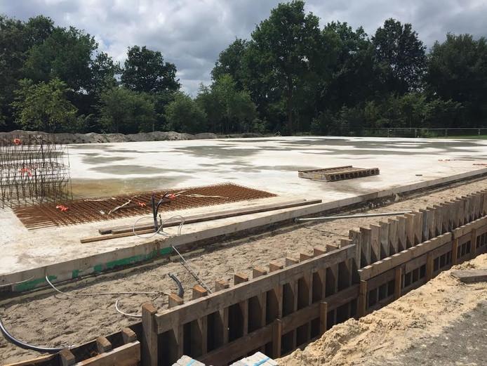 Beeld van de fundering van de semi-permanente sporthal in aanbouw in Vriezenveen.