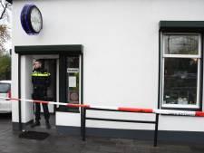 Grote hoeveelheid geld buitgemaakt bij gewapende overval op coffeeshop De Steeg in Woerden, dader voortvluchtig