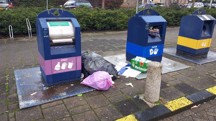 Volle afvalcontainers en bijplaatsingen van vuil aan de Rozemarijndonk in Spijkenisse