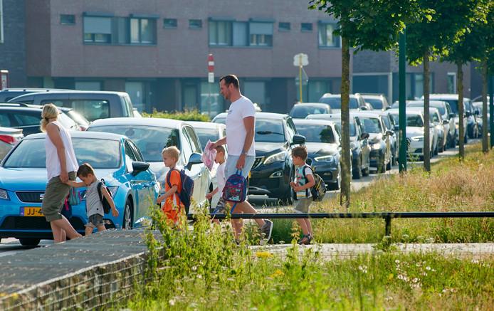 Drukte op de Landbouwlaan te Berghem onder andere door ouders die hun kinderen met de auto op school afzetten.