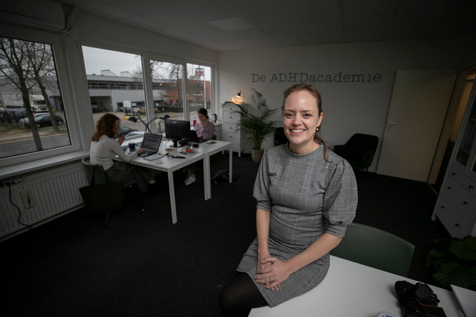 Anne van Hees van de ADHD Academie. Achter haar de stagiaires Eva Jagtenberg (l) en Cailynn Verheijden.