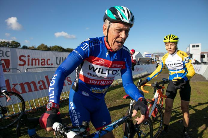 Cor van der Sluijs hijgt uit nadat hij op het EK veldrijden derde werd in de leeftijdscategorie 75+.