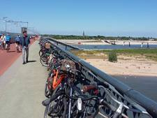 Snelbinder vol fietsen door topdrukte op Waalstrandjes