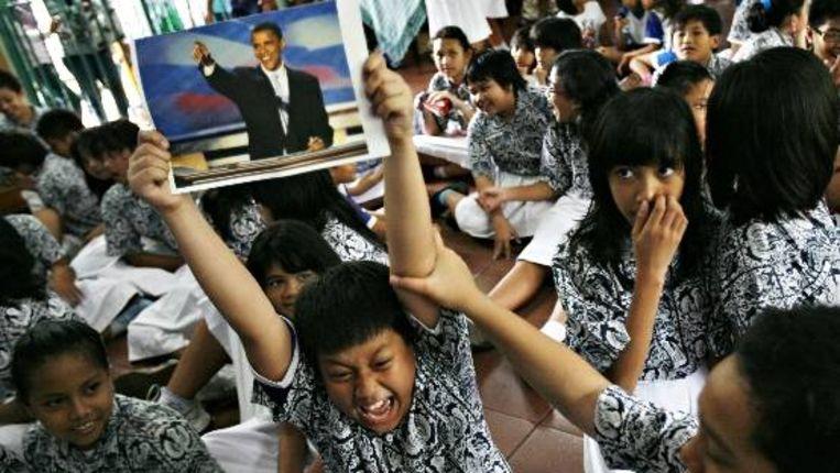 Een Indonesische jongen reageert etnhousiast op de verkiezing van Obama. (AP) Beeld