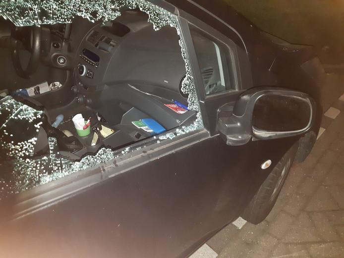 Jongen sloopt auto in Etten-Leur