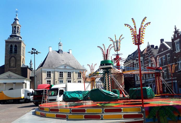 Opbouw van grootste nostalgische kermis van Nederland in Roosendaal op de Markt. Foto Alfred de Bruin