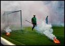 Voor aanvang van de bekerfinale gooien AZ-Supporters vuurwerk op het voetbalveld van de Kuip voor aanvang van de bekerfinale Feyenoord-AZ.