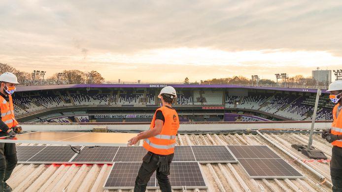 Paars-wit installeert zonnepanelen op dak Lotto Park.