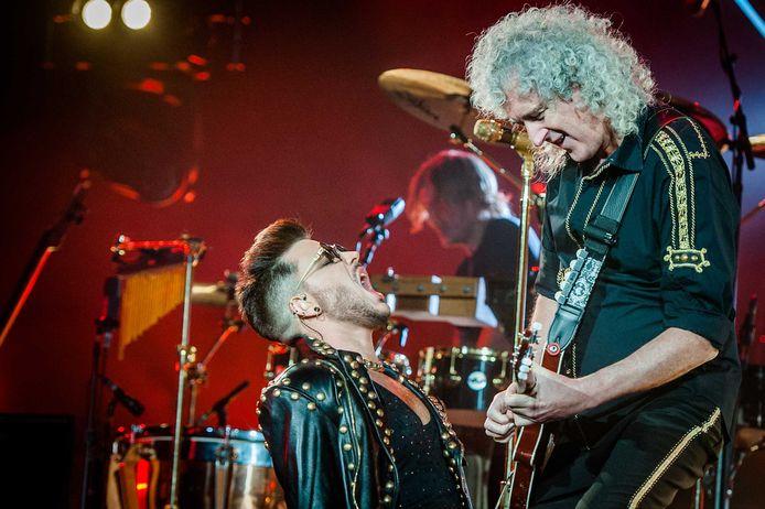 Adam Lambert (L) en Brian May op het podium tijdens een eerder concert van Queen + Adam Lambert in de Amsterdamse Ziggo Dome.