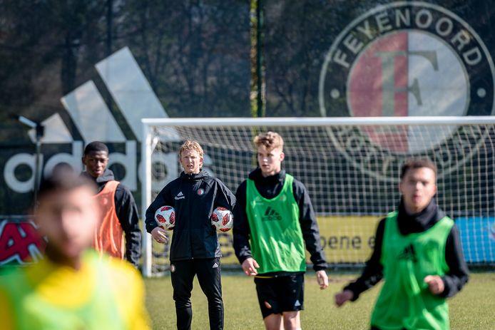 De jeugd van Feyenoord, hier de groep O19 van vorig seizoen onder leiding van Dirk Kuyt, wordt geraakt door het coronavirus. Uitgestelde wedstrijden zijn het gevolg.