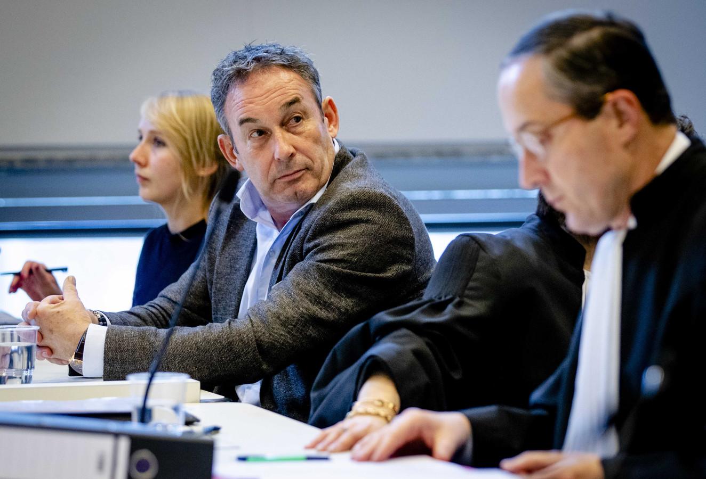 Broer Frans van Laarhoven met rechts naast hem advocaat Geert-Jan Knoops, tijdens het kort geding van 17 januari bij de rechtbank in Den Haag.