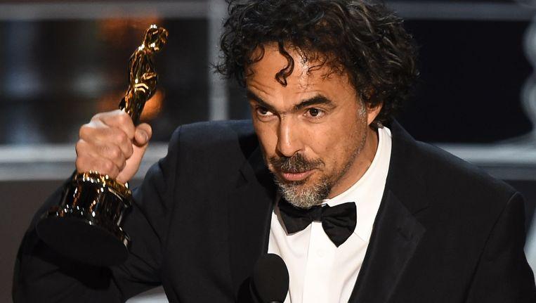 Alejandro G. Inarritu neemt zijn Oscar voor Beste Regisseur (voor zijn film Birdman) in ontvangst. Beeld afp