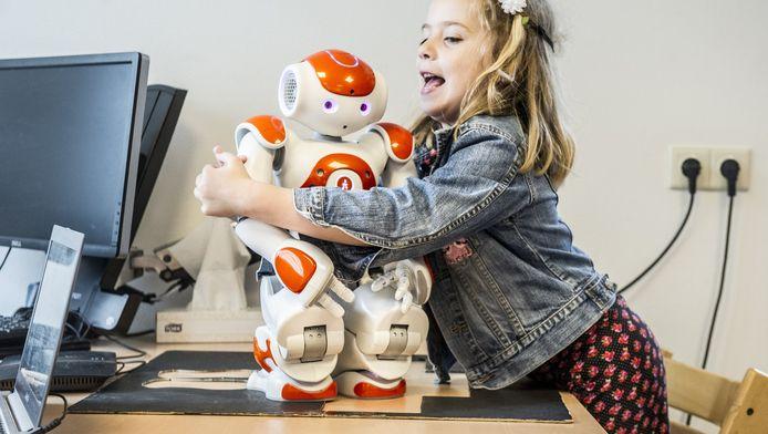 Via de robot oefent Isa spontaan te reageren op plotselinge voorvallen.