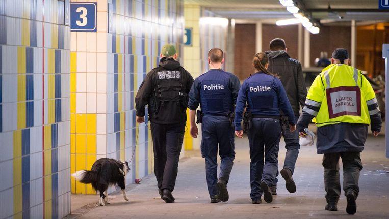 Politie en een explosievenhond doorzoeken het station Nekkerspoel.