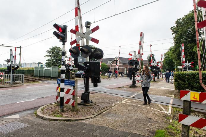 De spoorwegovergang in Den Dolder blijft gevaarlijk door gedrag van voetgangers, fietsers en automobilisten.