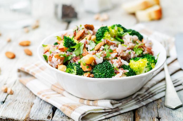 Les brocolis, les pois chiches et les amandes, entre autres, contiennent beaucoup de protéines végétales.