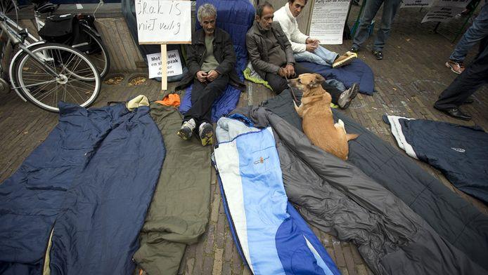 Asielzoekers demonstreren op het Plein waar de Tweede Kamer vergadert over het vreemdelingenbeleid.