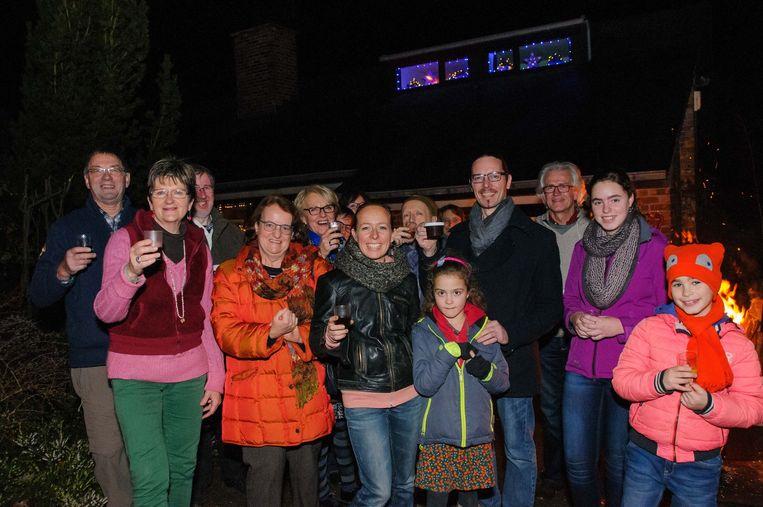 Gastheer Julien Teugels en zijn vrouw Joyce (links) mochten gisteren naast Freya Wyngaerden (midden) nog heel heel wat buurtbewoners verwelkomen.