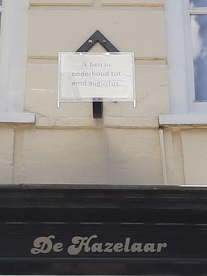 Op de plek van de groene gaper hangt nu het bordje: 'Ik ben in onderhoud tot eind augustus.'