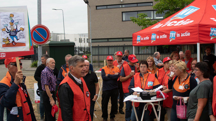 Medewerkers van PostNL legden dinsdagochtend in Den Bosch het werk tijdelijk neer.