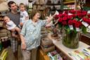 Simone Lycops ontving 89 rozen van de buurt, toen zij 89 jaar werd.