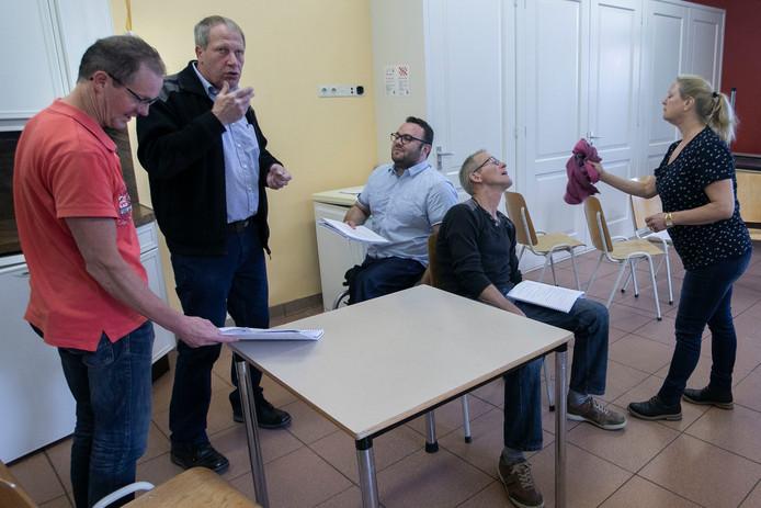 Someren-Eind Toneelgroep De Kring met oa Regisseur Mike Severens en bestuurslid Lambert Claessens